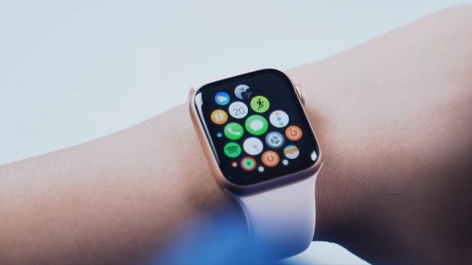 Apple Watch Series 5 có kích thước 40mm đi cùng tấm nền AMOLED