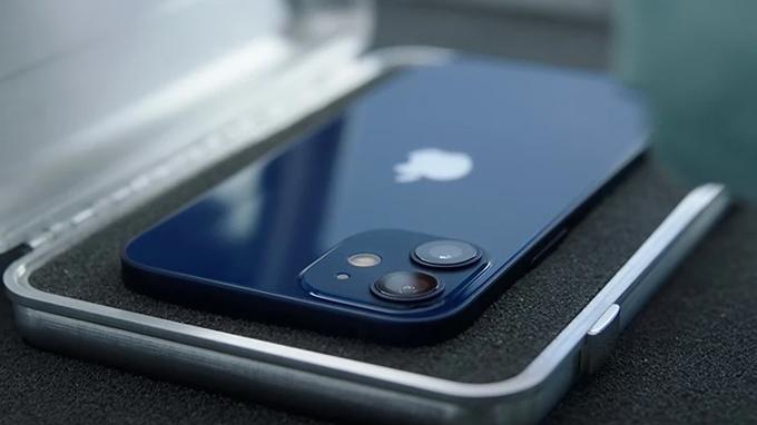 iPhone 12 mini và iPhone SE 2020 đều là những điện thoại có thiết kế nhỏ gọn