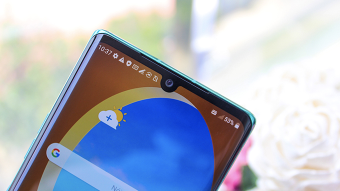 LG Velvet sở hữu thiết kế màn hình giọt nước thay vì nốt ruồi như các flagship hiện nay