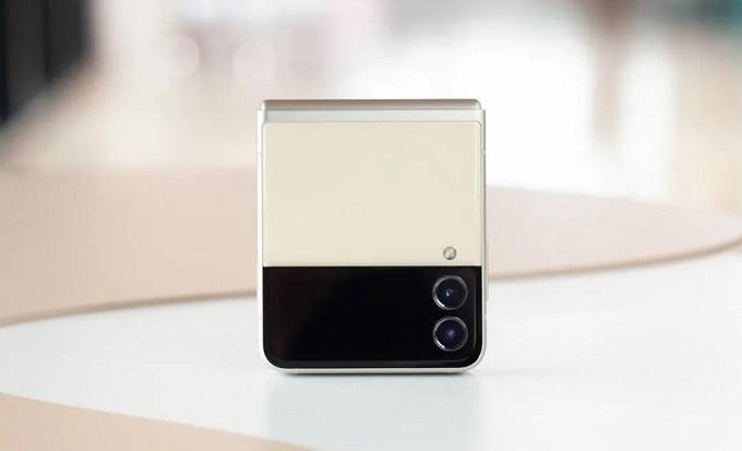 Mặt lưng Galaxy Z Fold3 5G nổi bật với 2 tông màu khác nhau