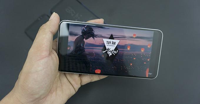 tren-tay-lg-v30-smartphone-hoan-hao-nhat-cua-lg1212