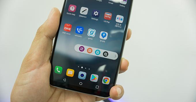 tren-tay-lg-v30-smartphone-hoan-hao-nhat-cua-lg31