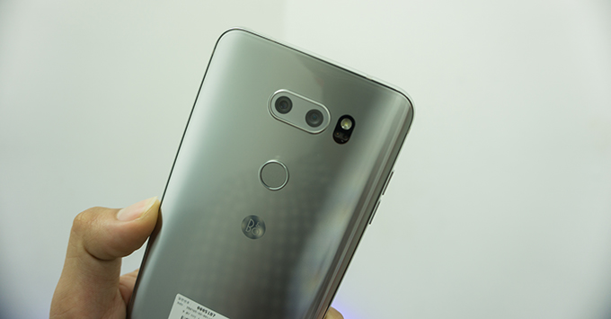 tren-tay-lg-v30-smartphone-hoan-hao-nhat-cua-lg35