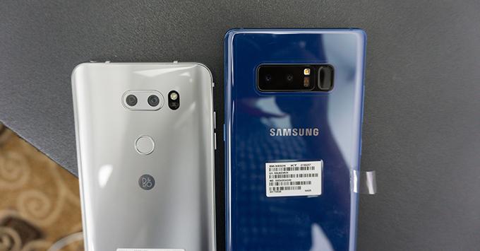 tren-tay-lg-v30-smartphone-hoan-hao-nhat-cua-lg38