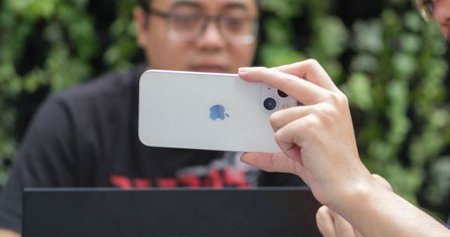 So sánh iPhone 13 và iPhone 12: Kẻ trước người sau, ai đáng mua hơn?