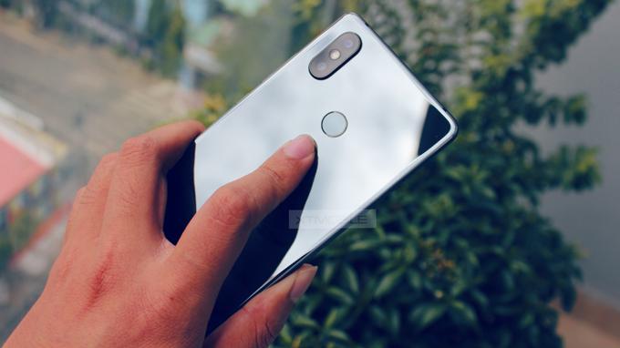 Các góc vuông vức trên Xiaomi Mi 8 SE ( 6GB/ 64GB) tạo cảm giác mạnh mẽ cho người dùng