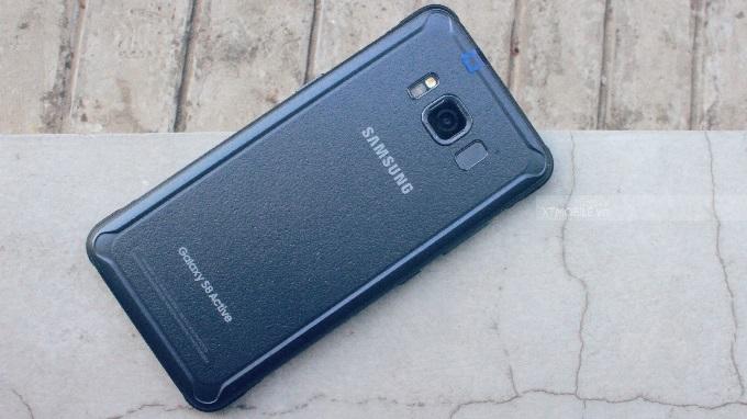 Lớp vỏ Galaxy S8 Active được làm nhám, giảm lực tác động