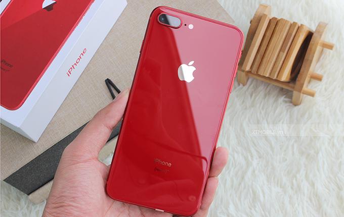 iPhone 8 Plus 64GB cũ (Red) nổi bật với lớp sơn đỏ ở phần lưng