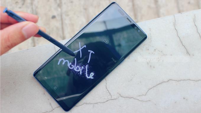 Bút S-pen trên Galaxy Note 8 là một vũ khí mạnh mẽ so găng với đối thủ, có thể ghi chú ngay trên màn hình tắt