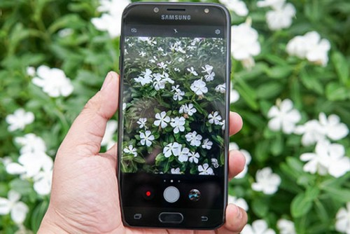 Mua Galaxy J7 Pro hay A8 chụp hình đón tết?