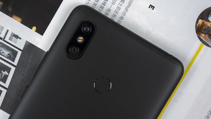 Máy được trang bị cụm camera kép với một cảm biến 12MP