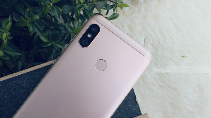 Mặt lưng Xiaomi Redmi 6 Pro là cụm camera kép 12MP + 5MP