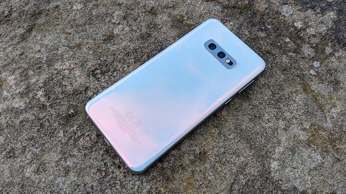 Galaxy S10e 128GB có camera kép ở mặt lưng