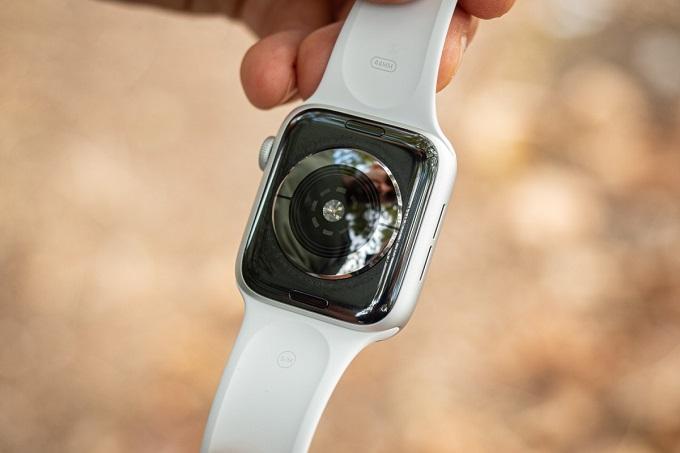 mặt dưới cảm biến của Apple Watch SE 40mm LTE