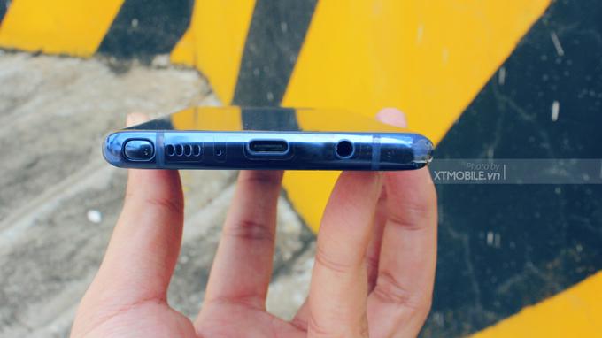 Cạnh dưới Galaxy Note 8 vẫn sở hữu jack cắm tai nghe 3.5mm