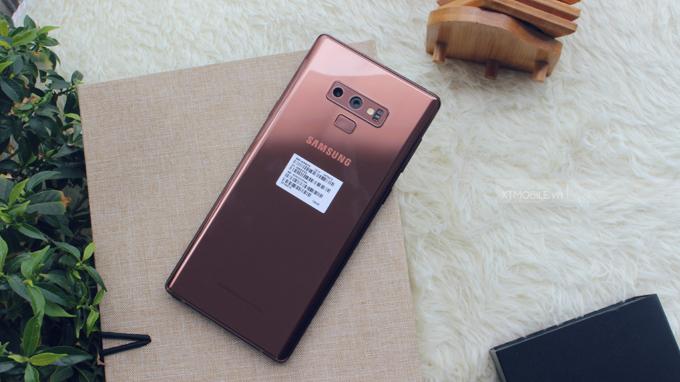 Galaxy Note 9 sở hữu mặt kính cường lực Gorilla Glass 5 có khả năng chống va đập khi rơi ở độ cao 1,6m đến 80%