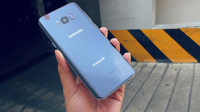 Mặt lưng Galaxy S8 Plus được bao bọc bởi mặt kính cường lực bóng bẩy, nhưng không kém phần sang trọng